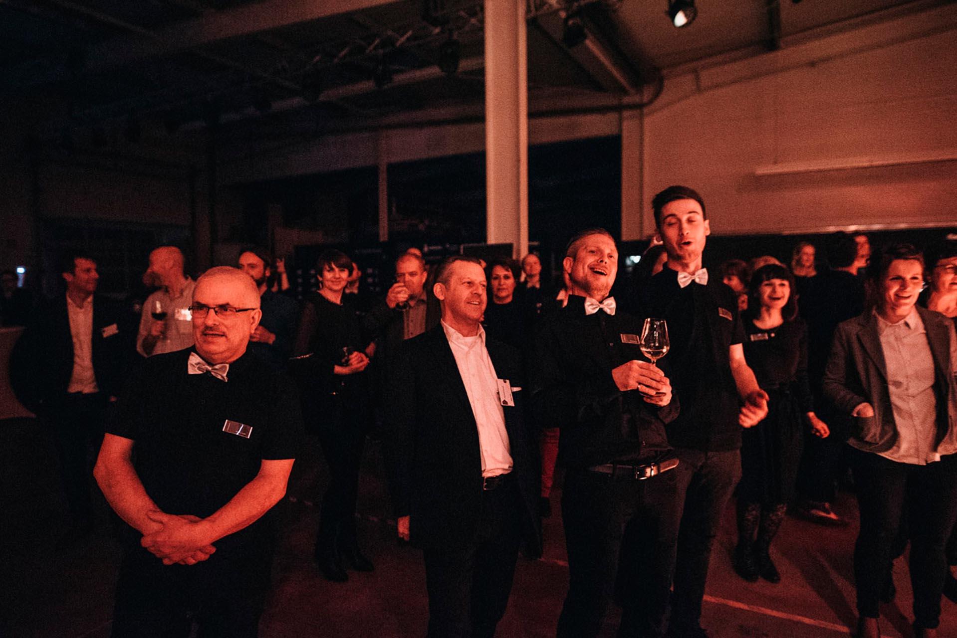 Die Prinzen geben über unsichtbare Lautsprecher von HOMMBRU ein Konzert.