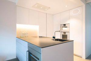 Küche mit unsichtbaren Lautsprechern