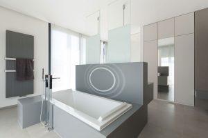 Badewannenrückwand mit unsichtbarem Lautsprecher