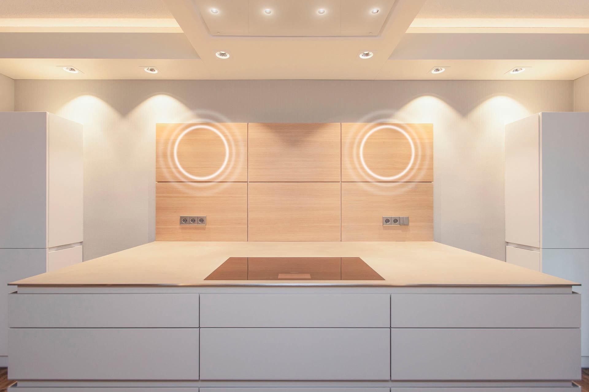 offene Küche mit unsichtbarem Lautsprecher in der Rückwand